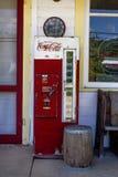 密苏里,美国,大约6月-在门廊的老古色古香的玻璃瓶焦炭机器古董店路线66 免版税库存照片