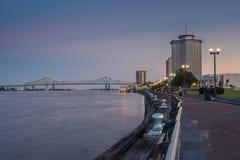 密西西比河的看法从新奥尔良河边区城市的,与在背景的伟大的新奥尔良桥梁在新 图库摄影