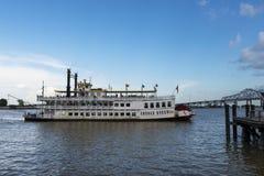 密西西比河的看法从新奥尔良河边区城市的,与密西西比汽船克里奥尔人的女王/王后和伟大的Ne 库存照片