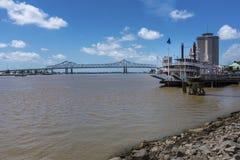 密西西比河的看法从新奥尔良河边区城市的,与密西西比汽船和伟大的新奥尔良Brid 库存图片