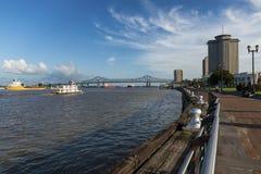 密西西比河的看法有小船的从新奥尔良riverfron城市,与在backgrou的伟大的新奥尔良桥梁 免版税图库摄影