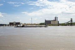 密西西比河驳船,猛拉小船,谷物仓库 库存照片