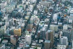 密集地被建立的街区鸟瞰图  免版税库存图片
