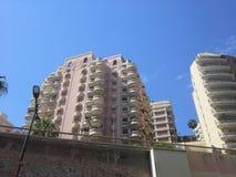 密集的大厦在摩纳哥,与圆的阳台的大厦 库存照片
