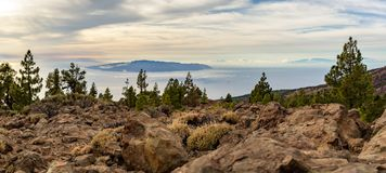 富启示性的山风景、海岛和海洋 库存图片