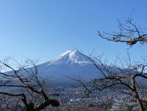 富士和清楚的天空 免版税图库摄影