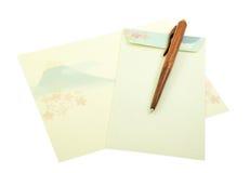 富士在信笺纸的登上与木笔的样式和信封 免版税库存图片
