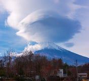 富士山双突透镜的云彩 免版税库存图片