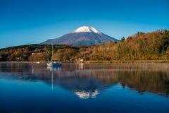 富士山和湖山中 库存图片