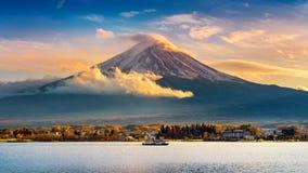 富士山和Kawaguchiko湖日落的,秋天晒干富士山在yamanachi在日本 库存照片