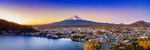 富士山和Kawaguchiko湖日落的,秋天晒干富士山在yamanachi在日本 免版税库存图片