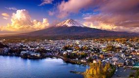 富士山和Kawaguchiko湖日落的,秋天晒干富士山在yamanachi在日本 库存图片