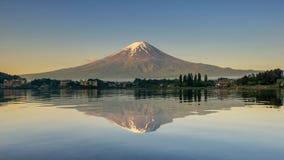 富士山在湖日本反射了 库存照片