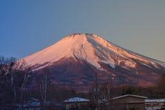 富士山或Mt美好的风景视图  富士用白色雪盖了在季节性的冬天在Yamanaka湖 图库摄影