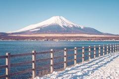 富士山或Mt美好的风景视图  富士用白色雪盖了在季节性的冬天在Yamanakako湖 库存图片