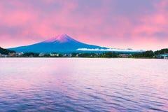 富士山日出河口湖水红色天空 库存图片