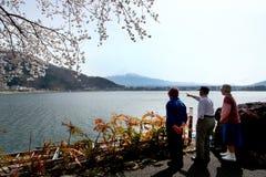 富士山湖边视图  免版税库存照片