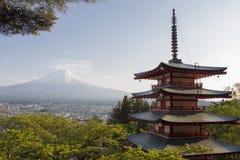 富士山从后面Chureito塔观看了 图库摄影