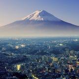 富士挂接 fujiyama 与cityspace超现实的射击的鸟瞰图 免版税库存照片