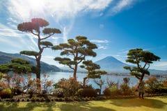 富士日本,在kawaguchiko湖雪风景的富士山 图库摄影