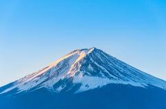 富士有雪的山与金黄阳光的盖子和阴影峰顶早晨 库存照片