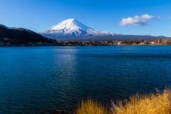 富士神圣的山在用与Reflectio的雪盖的上面的 库存图片