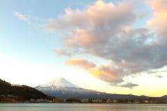 富士神圣的山在用雪盖的上面的在日本 免版税库存照片