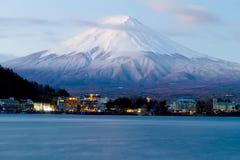 富士神圣的山在用雪盖的上面的在日本 免版税库存图片