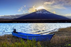 富士金刚石,在富士山的日落在Yamanaka湖附近在日本 免版税库存图片