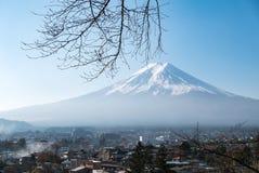富士从Chureito塔的山景 库存图片