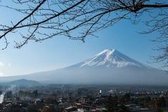 富士从Chureito塔的山景 免版税库存图片