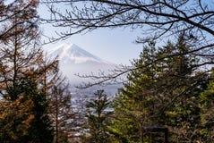 富士从Chureito塔的山景 图库摄影