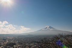 富士从Chureito塔的山景 免版税库存照片