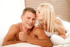富感情夫妇微笑 免版税图库摄影