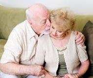 富感情的丈夫可安慰的妻子 免版税库存图片