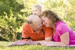 富感情的夫妇停放儿子 免版税库存照片