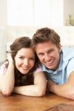 富感情的夫妇回家一起放松 免版税库存照片