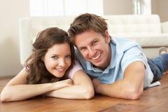 富感情的夫妇回家一起放松 库存图片