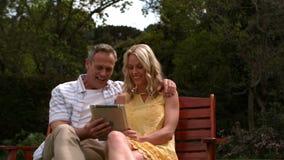 富感情的夫妇坐长凳 影视素材
