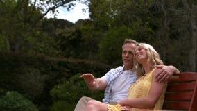 富感情的夫妇坐长凳 股票视频