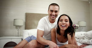 富感情的夫妇谈论在床上 影视素材
