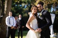富感情的夫妇跳舞在公园 免版税图库摄影