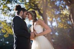 富感情的夫妇跳舞在公园 库存照片