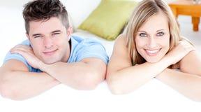 富感情的照相机夫妇ooking的沙发 库存图片