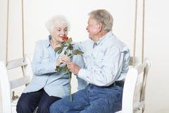 富感情的资深夫妇 免版税库存照片