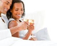 富感情的非洲夫妇使叮当响的长笛 库存图片