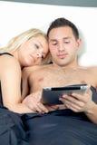 富感情的年轻夫妇在床上 免版税库存照片
