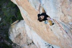富挑战性上升的攀岩运动员 上升的极端 独特的体育 免版税库存图片
