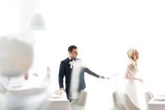 富有修饰,并且新娘huggingoutdoor背景墙壁草温暖a 免版税库存照片