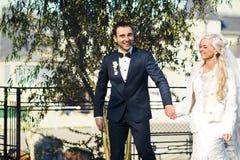 富有修饰,并且新娘huggingoutdoor背景墙壁草温暖a 图库摄影